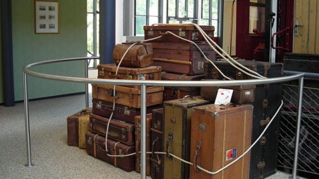 650px-Old_suitcases