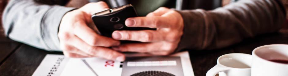 Alguien deteniendo un teléfono inteligente