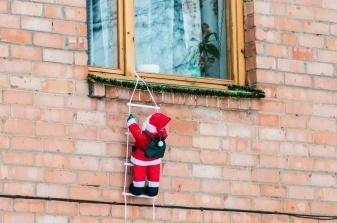 Weihnachtsmann-erklimmt-Fenster-cut