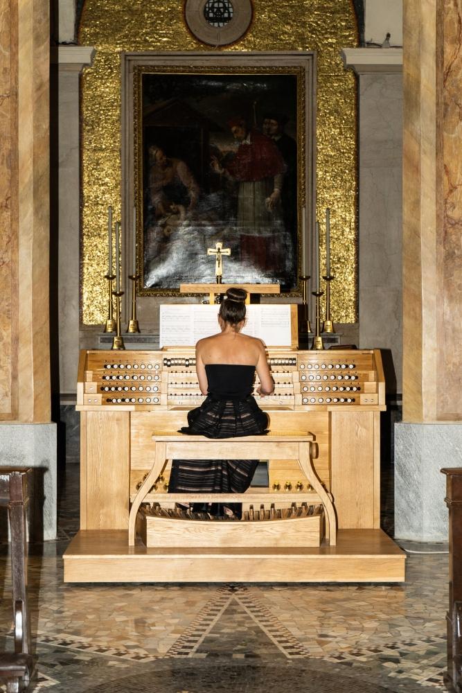 Alessandra Bordiga at the organ of San Carlo al Lazzaretto in Milan