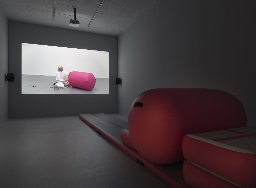 Alexandra Bachzetsis participates in Neuer Berlin Kunsteverin in Berlín with her exhibition Instruction Pieces