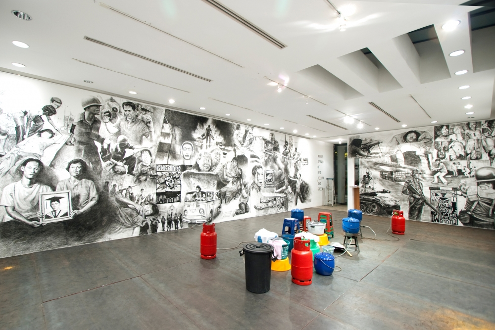 Rirkrit Tiravanija participa in Hirshhorn Museum en Washington con su exposición (who's afraid of red, yellow and green)