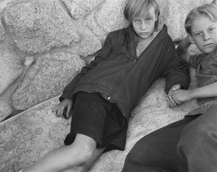 Mary Ellen Mark - Chrissy Damm and Adam Johnson, Llano, California, 1994 - Howard Greenberg Gallery