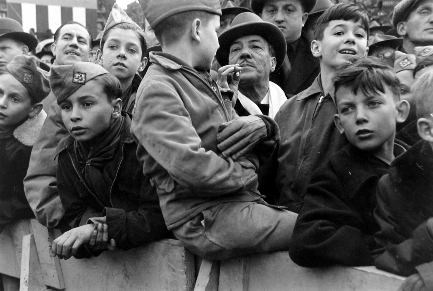 Ruth Orkin - Boys watching parade, NYC, c.1950 - Howard Greenberg Gallery
