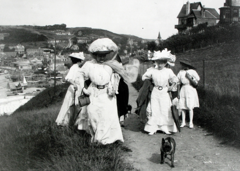 Jacques-Henri Lartigue - At Etretat again, I took pictures of my mother's friends, promenading adventurously on the cliff above the port, 1910 - Howard Greenberg Gallery