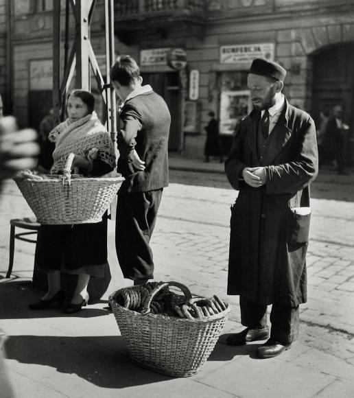 Roman Vishniac - A Family of Bagel Peddlers, Warsaw, 1938 - Howard Greenberg Gallery