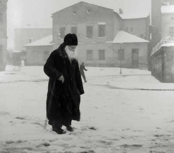 Roman Vishniac - A square in Kazimierz, Cracow, 1938 - Howard Greenberg Gallery