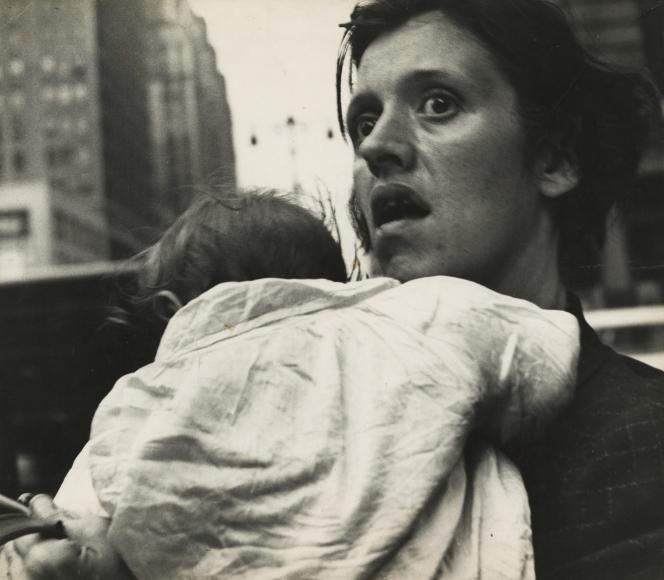 Leon Levinstein - Mother & Child, Harold Square,  c.1955 - Howard Greenberg Gallery