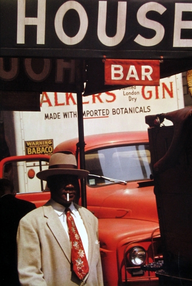 Saul Leiter - Harlem, 1960 - Howard Greenberg Gallery