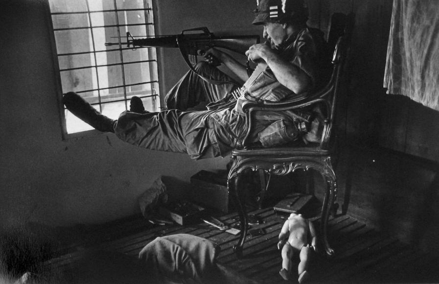 Philip Jones Griffiths - G.I. During urban fighting, Saigon, 1968  - Howard Greenberg Gallery