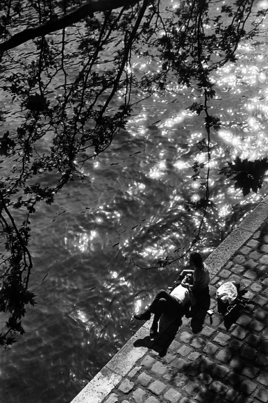Alfred Eisenstaedt - Couple on bank of Seine with sun sparkling on water, Paris April, 1963 - Howard Greenberg Gallery