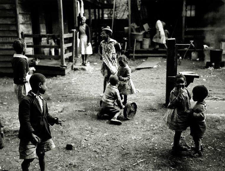 Peter Sekaer - Pearlstine Alley, Charleston, South Carolina, c.1939 - Howard Greenberg Gallery