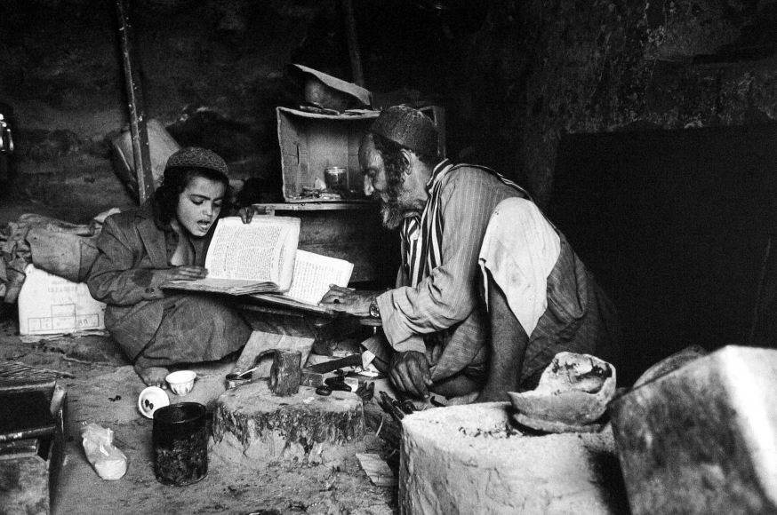 Frédéric Brenner: Exile at Home - Lewi  Faez Studying in His Grandfather's Jewelry Workshop, El Hajar, Haidan, Yemen, 1983 - Howard Greenberg Gallery
