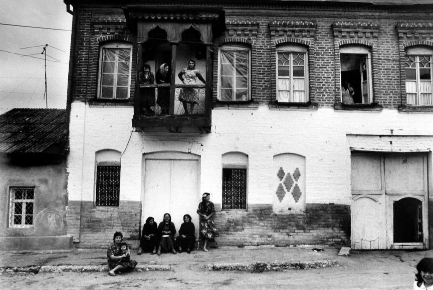 Frédéric Brenner: Exile at Home - Krasnaia Sloboda, Kuba, Azerbaijan, USSR, 1985 - Howard Greenberg Gallery