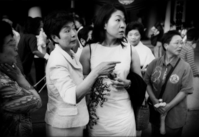 James Whitlow Delano, Mangaland, Spotting a celebrity outside Kabuki-za Theatre, Ginza, Tokyo, Japan, 2004, Sous Les Etoiles Gallery