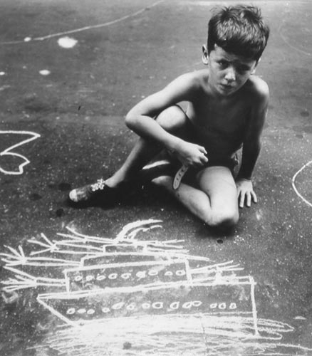 Helen Levitt Child drawing with chalk in street, 1940