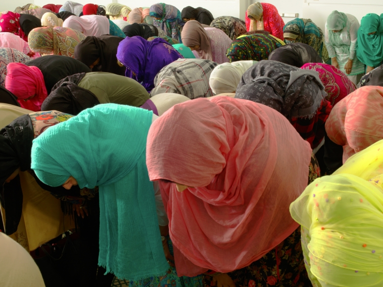 Neal slavin Muslim women bowing, Brooklyn, NY 2014