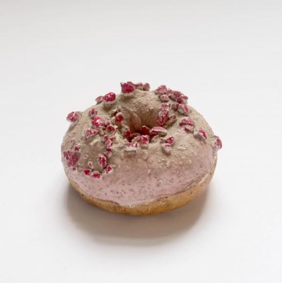 David Gilhooly, Donut (strawberry and chocolate glaze with berries)