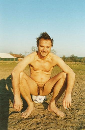 Nackig auf dem Fussballplatz, Bubenreuth, 2003
