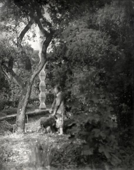 Constantin Brancusi, Marthe près de la Colonne sans fin de Voulangis, 1926