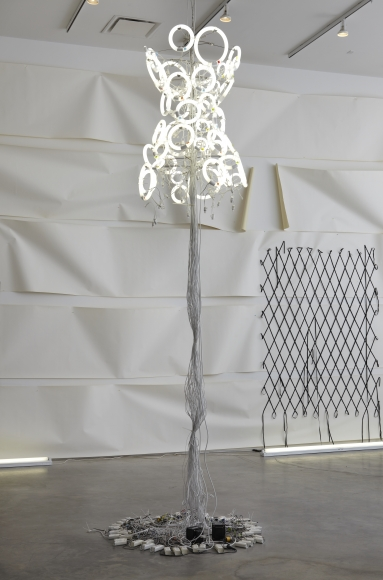 Yuichi Higashionna, Untitled (Chandelier 14), 2010, fluorescent lights, electric wires, aluminum, and ballast, 51 1/4 × 31 1/2 × 31 1/2 in.