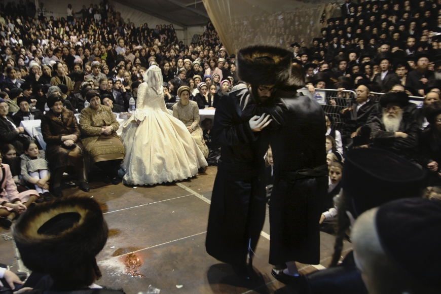 Pavel Wolberg, Wedding, Viznitz Hasidim, Bnei Brak, 2006, C-print, 14 5/8 × 21 1/4 in.