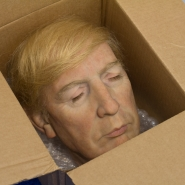 Donald Trump: Su Cabeza Dentro de una Caja Inflamable (Donald Trump: His Head in a Flammable Box)