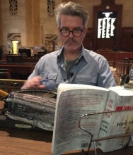 La performance di Tim Youd dentro l'Ara Pacis: Ricalcare (e perdere) le parole di un romanzo