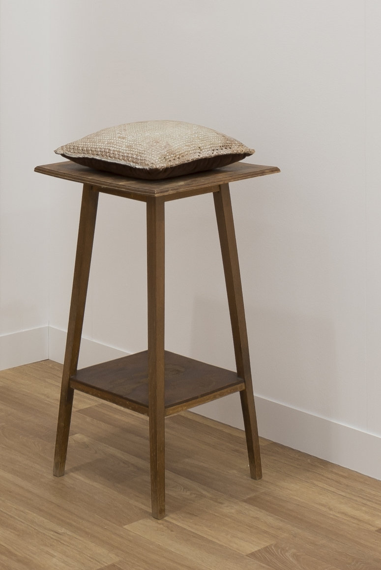 HEIDI BUCHER, Untitled (Kissen auf Tischchen / Pillow on little table), 1976-1978