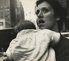 Leon Levinstein - Mother & Child, Harold Square,  c.1955 - Howard Greenberg Gallery