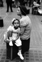 Ruth Orkin - Mother and Daughter, Penn Station, 1947 - Howard Greenberg Gallery