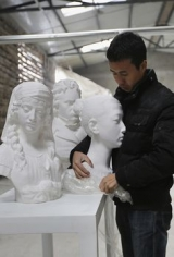 BBC News | Paper sculptures amaze the eye in New York