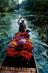 , Steve McCurry, Kashmir Flower Seller, 1996, ultrachrome print, 40 x 30 cm/101.6 x 76.2 cm; © Steve McCurry