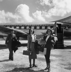 Slim Aarons, John F. Kennedy with Shirley Rogan Ellis and Betty LoSavio, Montego Bay Airport, Jamaica, 1953