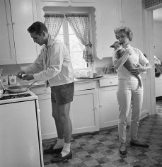 Sid Avery, Paul Newman and Joanne Woodward in the kitchen of their Beverly Hills home, 1958