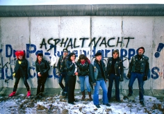 Harry Benson, Youths at the Berlin Wall, 1982