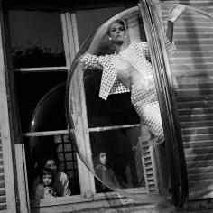 Melvin Sokolsky, Faces in Window, Paris, 1963