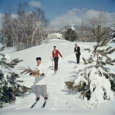 Slim Aarons, Skiing Waiters, Stowe, Vermont, 1962