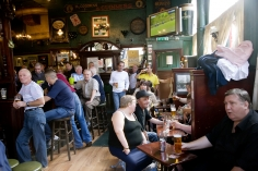 Harry Benson, Tollbooth Bar, Glasgow, 2007