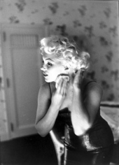 Ed Feingersh, 	Marilyn Monroe, 1955 (Putting on her make-up)