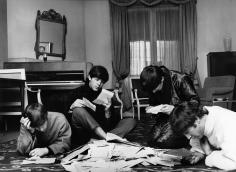 Harry Benson, The Beatles reading their fan mail, Paris, 1964