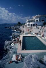 Slim Aarons, Hotel du Cap Eden-Roc, 1976: Guests by the pool at Hotel du Cap Eden-Roc, Antibes, France