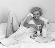 Andre de Dienes, Marylin Monroe, Breakfast in Bed 1953