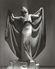 Horst, Cape: Helen Bennett, Paris, 1936