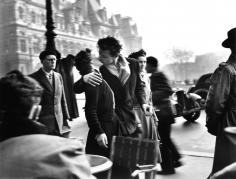Robert Doisneau, Le Baiser de l'Hôtel de Ville (Kiss at the Hôtel de Ville), Paris, France, 1950