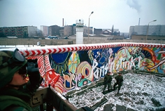 Harry Benson, U.S. Soldiers at the Berlin Wall, 1982
