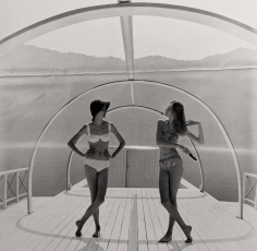 Norman Parkinson, Lake Como Just after Dawn: Nena von Schlebrugge and Barbara Mendoza, 1958