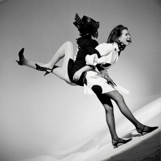 Arthur Elgort,  Christy Turlington holding up Linda Evangelista, VOGUE Paris, 1989