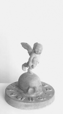 KENNY HUNTER Cherub / Memento Mori 2002, bronze.