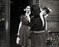 Helen Levitt - Untitled, c. 1940 | Bruce Silverstein Gallery